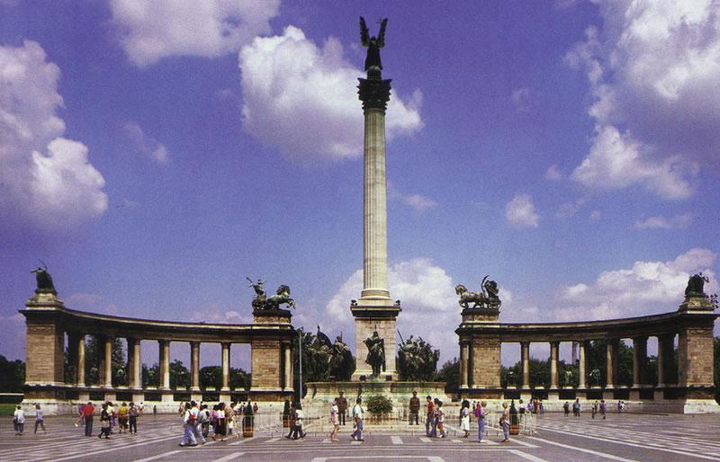 plaza_delosheroes_budapest