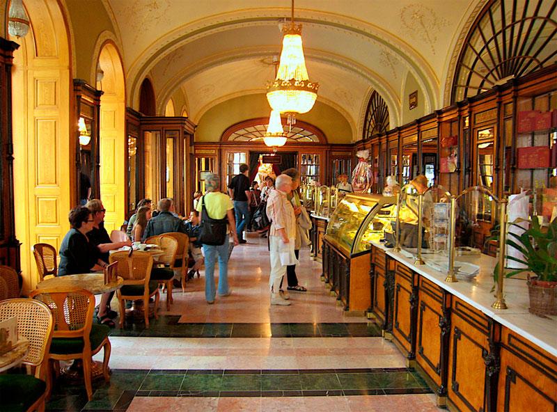 Los elegantes salones del café Gerbeaud